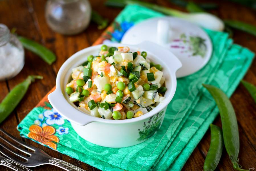 Салат с кукурузой, горошком и огурцом
