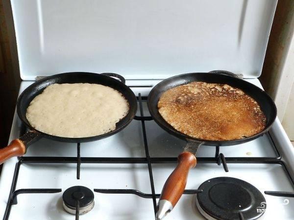 Жарим гречневые постные блины на раскаленной сковороде с небольшим количеством растительного масла и на небольшом огне.