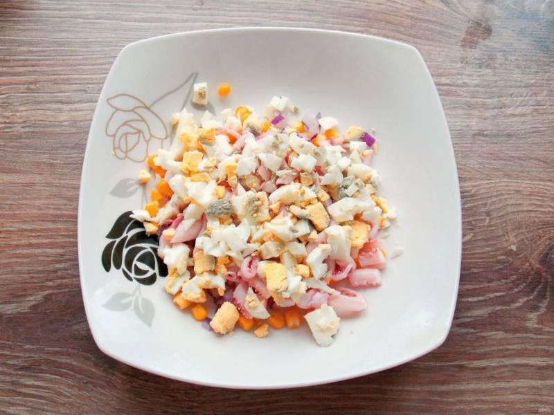 Яйца очистите, порежьте средним кубиком, добавьте в салат.
