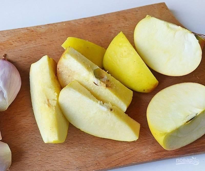 Лук очистите. Яблоко и айву нарежьте дольками.