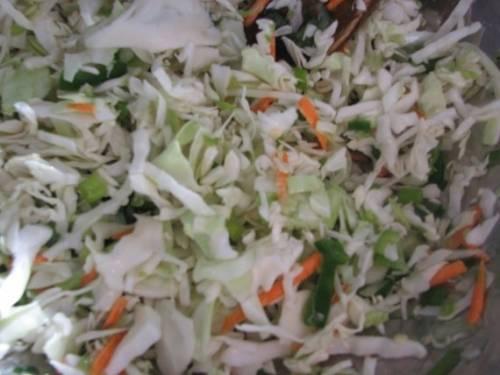 Все ингредиенты смешиваем в одной миске. Приправляем солью, перцем и заправляем майонезом. Далее перемешиваем до готовности.