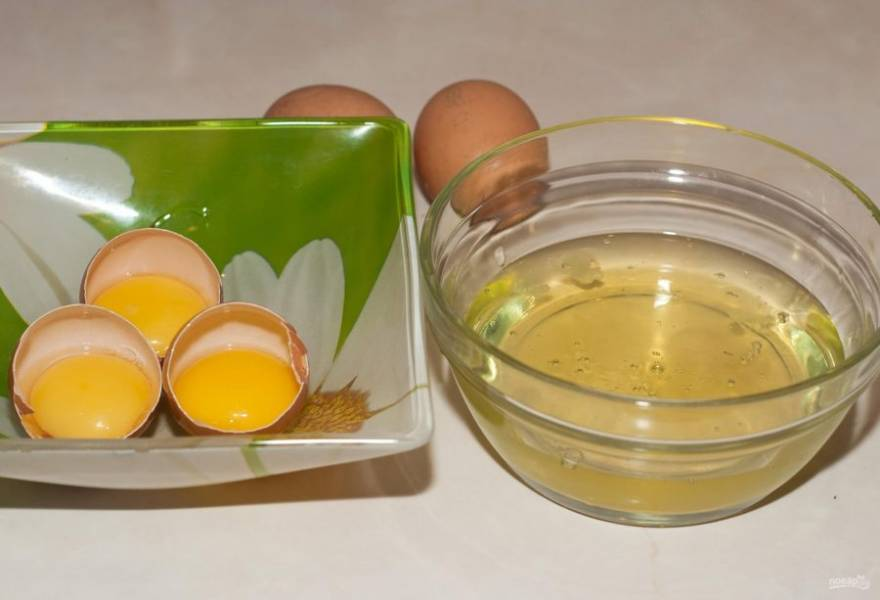 Приготовление начните с теста для бисквита. Отделите желтки от белков.