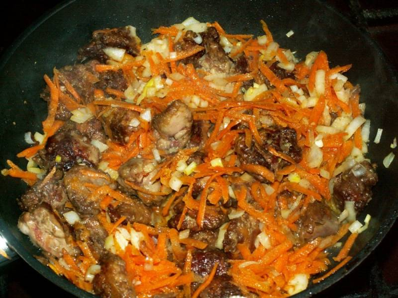 Обжарить морковь и лук до золотистого цвета.