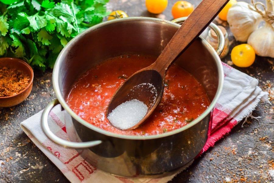 Переложите томатно-перечную массу в кастрюлю, варите 30 минут, добавьте соль и сахар.