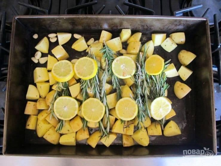 4. Сверху разложите веточки розмарина и толстые кружки лимонов.