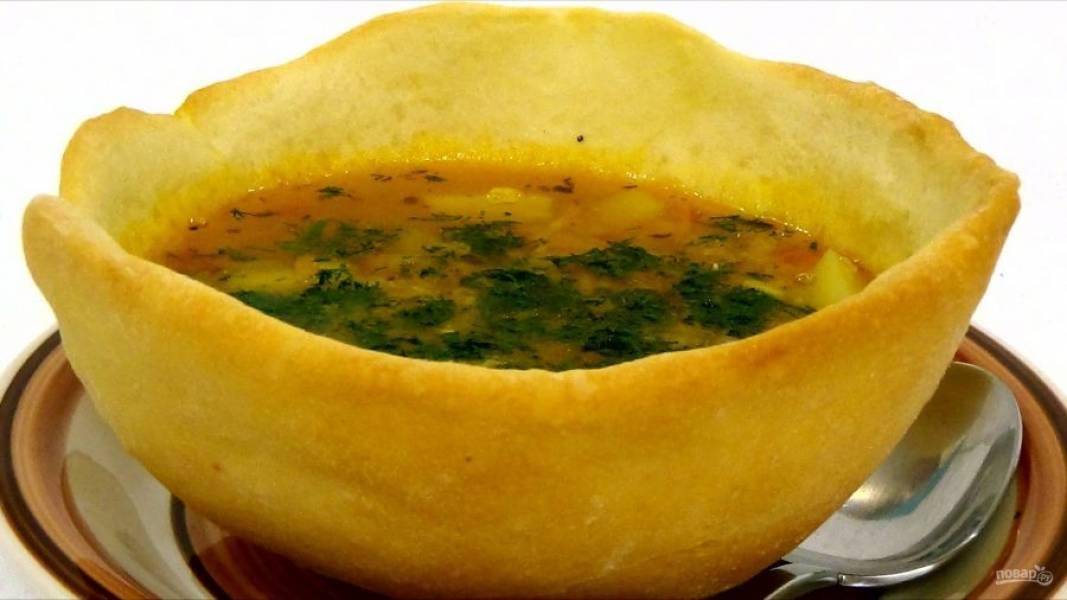 4. За пять минут до готовности посолите суп по вкусу. Подавайте суп в хлебных мисках, украсив нарезанной зеленью. Рецепт мисок можете найти здесь: http://povar.ru/recipes/hlebnye_miski_dlya_supa-56802.html
