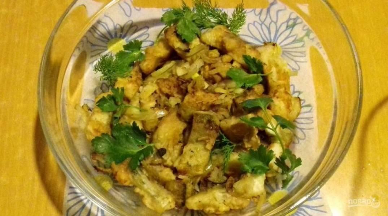 Чтобы всё приготовилось правильно, обжаривайте рыбу с луком порциями. Блюдо готово! Приятного аппетита!