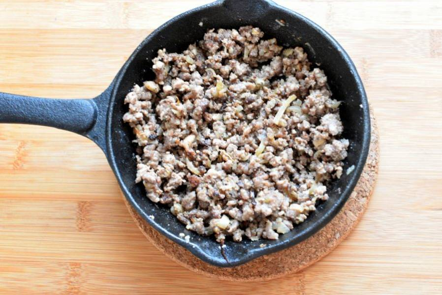 Приготовьте фарш. Баранину – обязательно с жирком – пропустите  через крупную решетку мясорубки. Одну луковицу нарежьте кубиками и обжарьте вместе с фаршем до полуготовности.