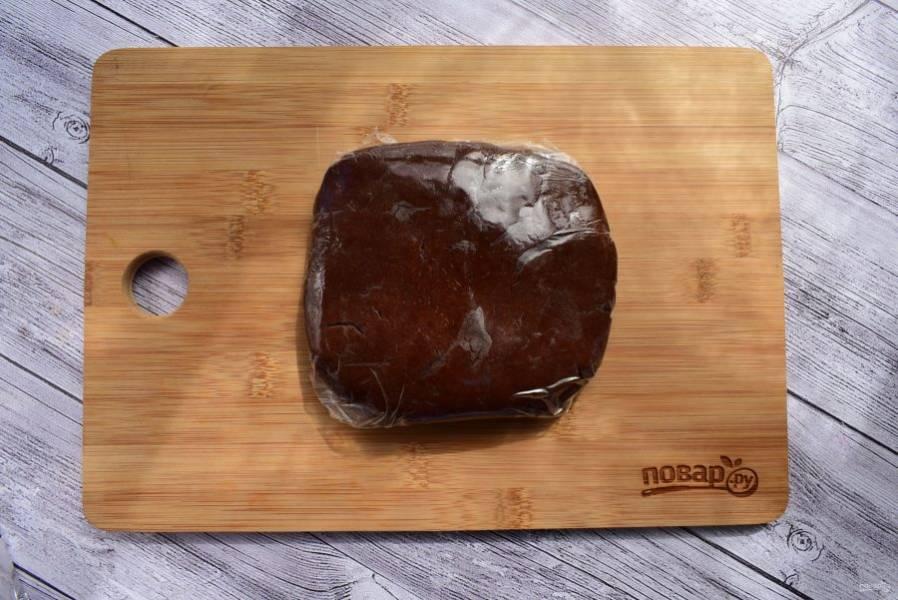 2.    Холодное сливочное масло нарежьте на кусочки и соедините с  сухой смесью, быстро перемешайте. Добавьте желток, перемешайте до однородности, соберите в шар. Заверните тесто в пищевую пленку и оставьте на 20 минут в холодильнике.