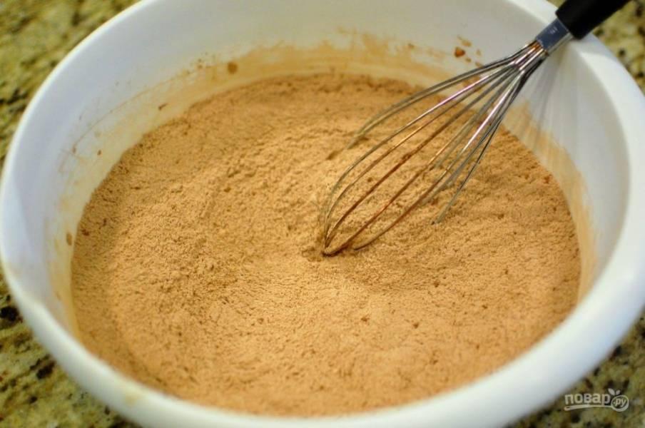 1.В миске смешайте муку, 2 стакана сахара, щепотку соли, ¾ стакана какао, соду.