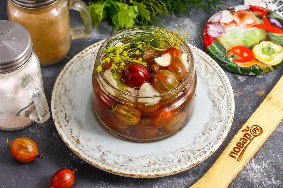 Залейте маринад в банку прямо по плечики емкости, чтобы все ягодки были покрыты им.