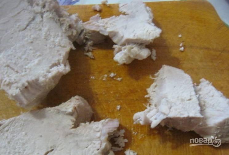 Извлекаем из кастрюли мясо, нарезаем его кубиками и возвращаем обратно.