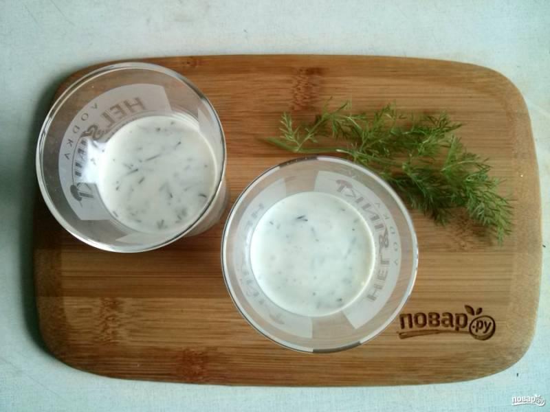 Для порционной подачи творожный соус разложите по нешироким прозрачным стаканчиками (у меня стопки объемом 75мл.), заполняя их на 2/3.
