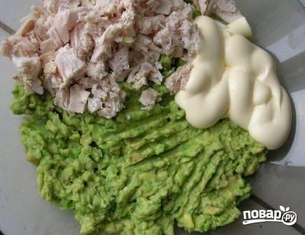 Добавляем к пюре из авокадо нарезанное куриное мясо, майонез. Добавляем пропущенный через чеснокодавку чеснок. Перемешиваем и солим по вкусу.