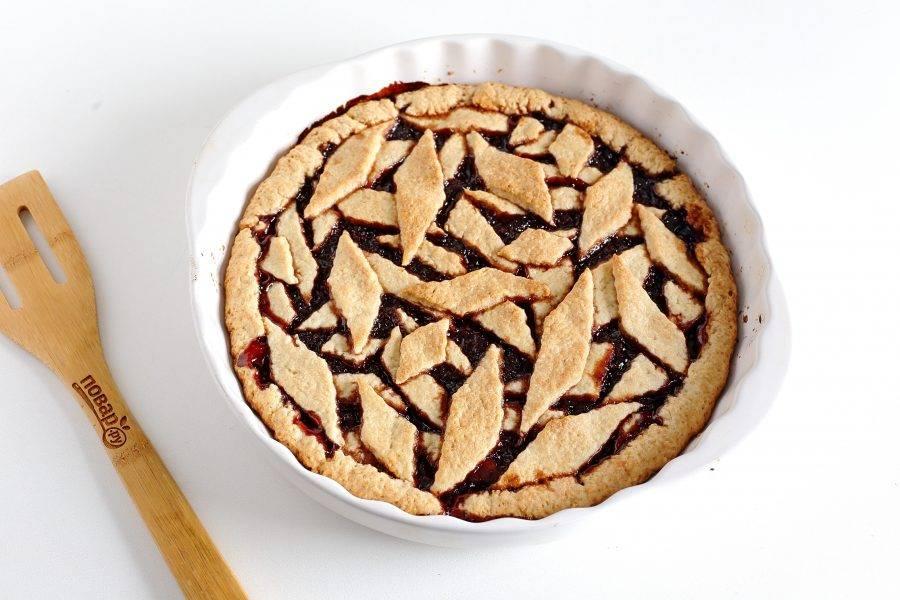 Выпекайте пирог в духовке при температуре 190 градусов около 30 минут.