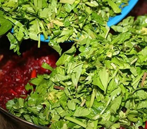 В конце приготовления добавьте мелко нарубленную зелень.