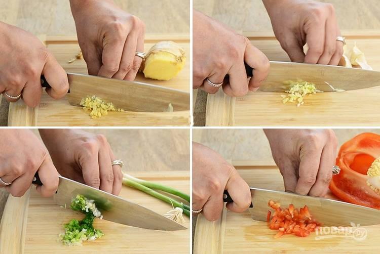 1. Измельчите лук, чеснок, имбирь и чили. Смешайте все в одной емкости.