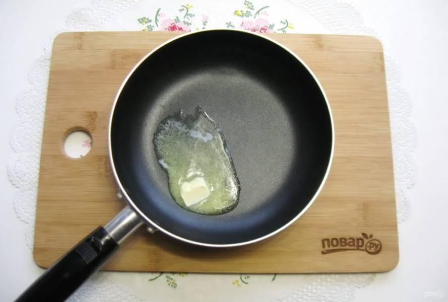 Пока рыба запекается, приготовьте соус. На сковороду выложите сливочное масло и растопите его.