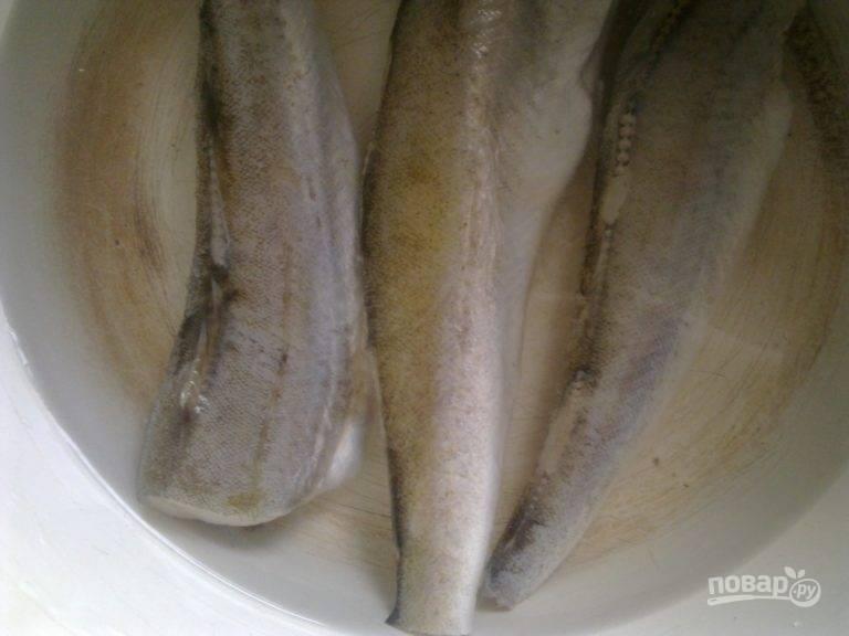 Затем удалите косточки и переложите рыбу отвариваться в воде.