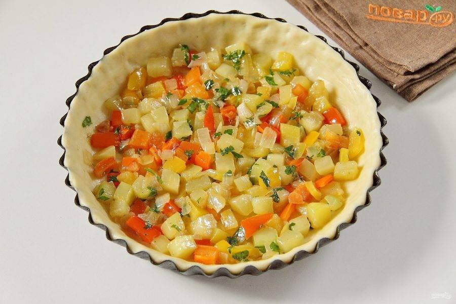 На тесто выложите половину овощей.