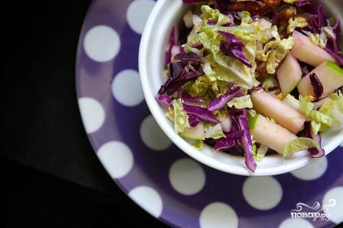 Салат из красной капусты, пекинской капусты и орехов