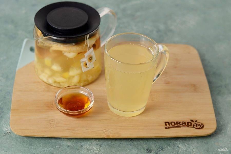 Разлейте чай по кружкам, добавьте сироп топинамбура по вкусу.