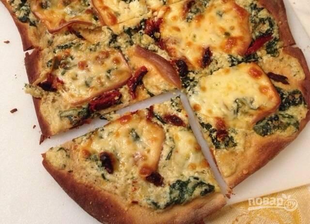 Тонкая пицца со шпинатом и сыром