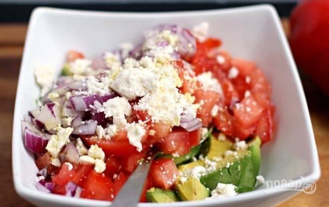 Овощной салат с авокадо и сыром