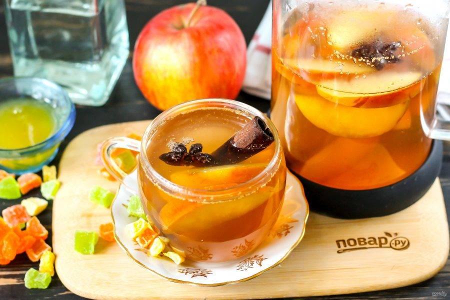 Прогрейте еще раз практически до кипения, и перелейте горячий глинтвейн в кувшин. Разлейте в стаканы или чашки и подавайте к столу.