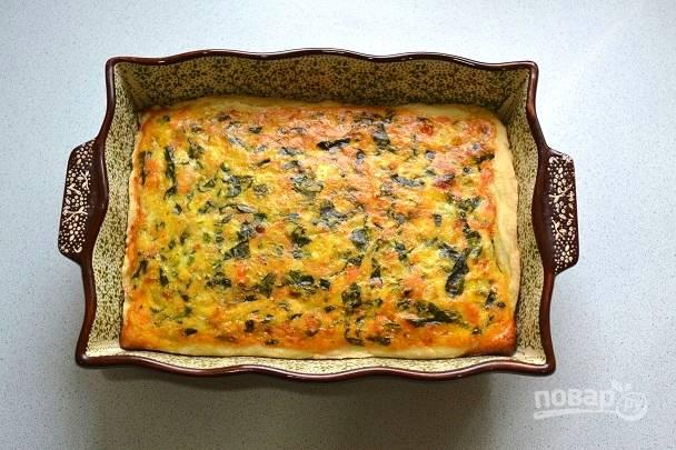 Запекайте пирог с фетой и шпинатом около 40-45 минут до румяности.