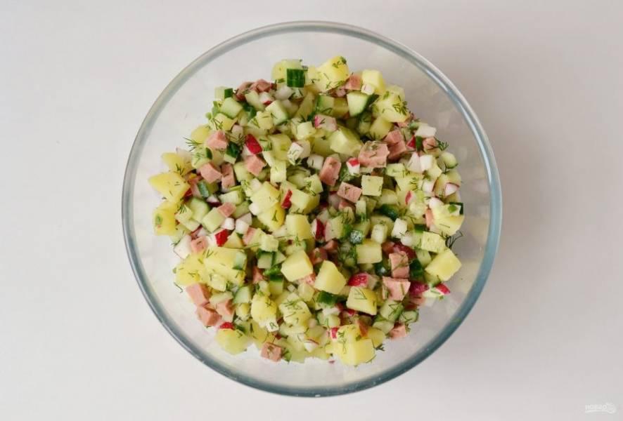 Добавьте картофель к остальным ингредиентам в большую миску. Перемешайте.