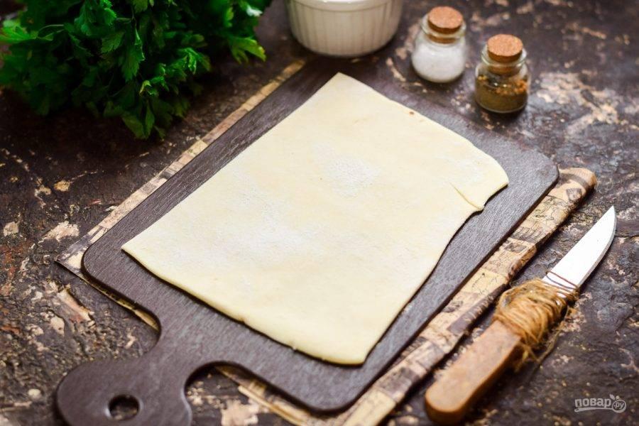 Слоеное тесто раскатайте и нарежьте порционными заготовками.