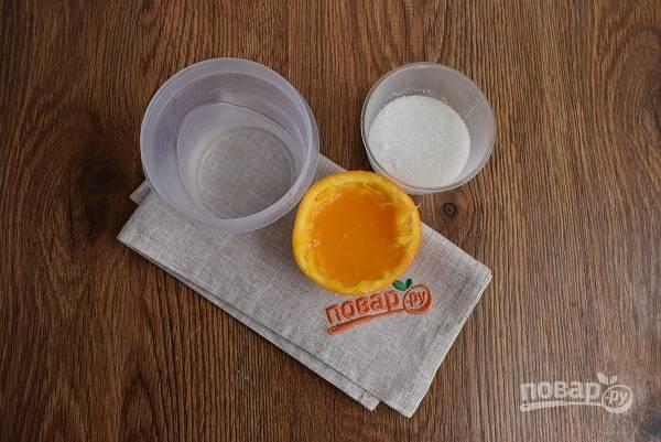 Для пропитки смешайте воду, сок 1/2 апельсина, сахар и проварите в течение 3 минут. Сироп остудите.