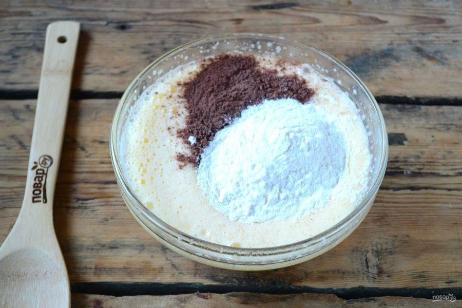 Добавьте какао и сначала 1 стакан муки, взбейте миксером. Затем всыпьте оставшуюся муку и снова взбейте миксером.