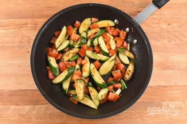 5. А на сковороде в оливковом масле обжарьте в течение 4-х минут цукини. Потом добавьте помидоры. Готовьте овощи ещё 3 минуты. В конце добавьте тимьян, перец и соль.