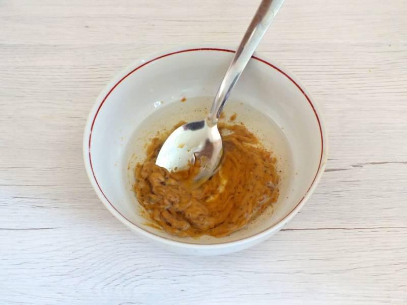 Сделайте заправку. Смешайте растительное масло, горчицу и уксус. Если вам сложно перемешать ложкой, используйте погружной блендер.