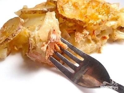 Готовое блюдо раскладываем лопаткой по тарелкам, поливаем сливочным соусом, скопившимся на дне формы, и немедленно подаем на стол.