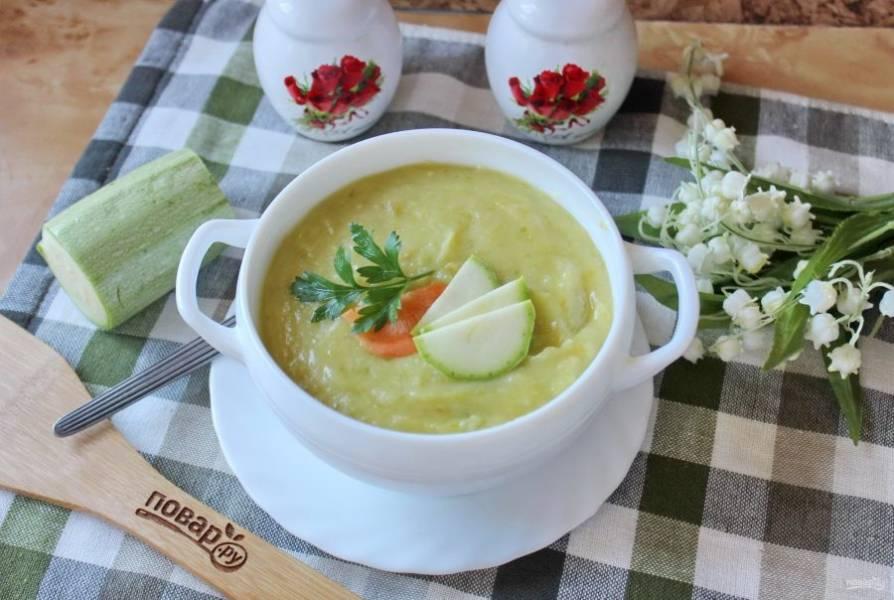 Суп-пюре из кабачков готов. Можно подавать к столу.