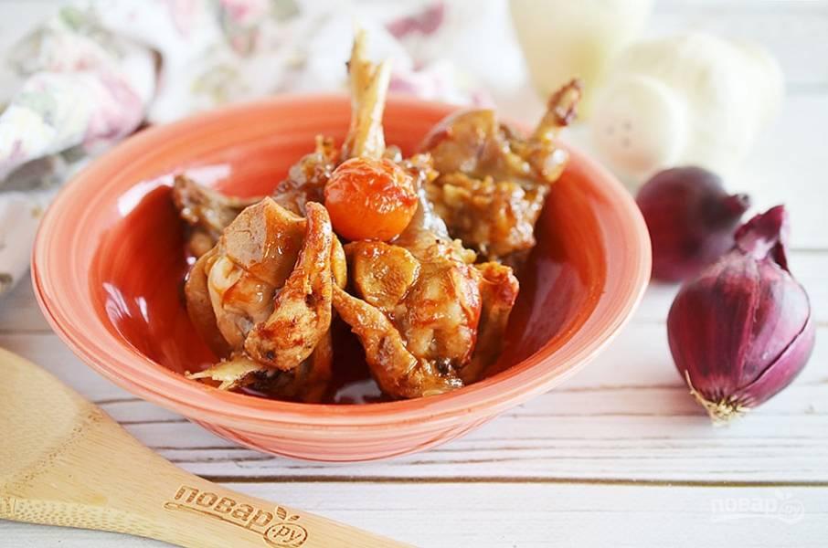 Перед подачей добавьте оливки и чеснок. Приятного аппетита!