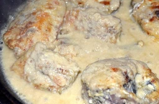 8. Когда в соусе начнут плавиться кусочки сыра, - докладываем к нему рыбу, и тушим вместе несколько минут. Готово!