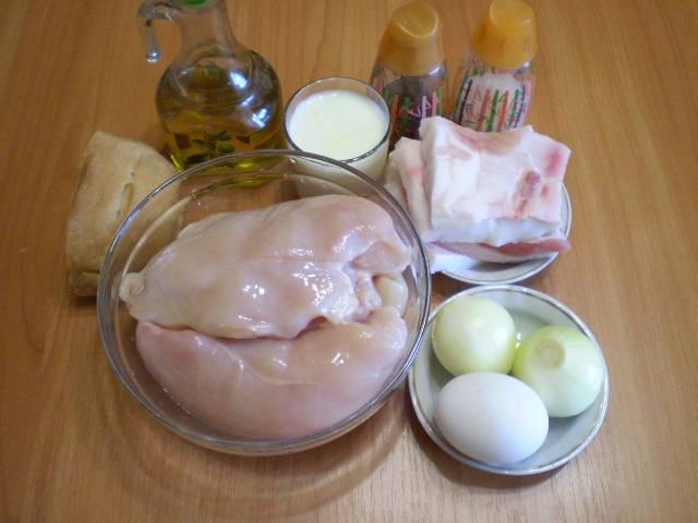 1. Приготовим продукты для домашних котлет. С сала снимаем аккуратно шкуру, она не пригодится, моем его. Мясо также нужно вымыть и обсушить салфеткой. Лук очистить.