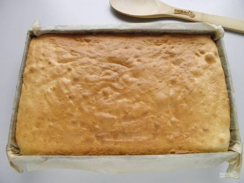 Бисквит для медовика готов! Осторожно с бумагой достаньте его из формы, дайте остыть.