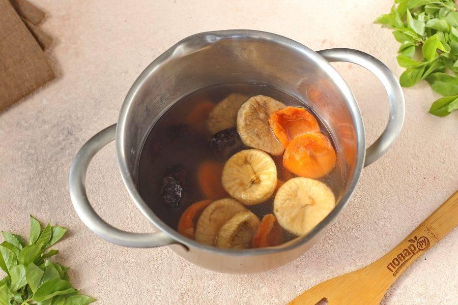 Сухофрукты промойте, залейте водой и оставьте на несколько минут для размягчения.
