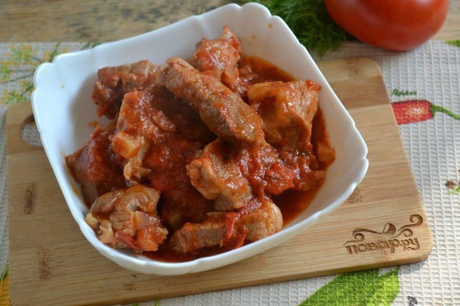 5.Добавьте соль и перец по вкусу. Жарьте до тех пор, пока мясо не станет мягким и нежным, а кусочков помидоров в сковороде не останется. Выложите гуляш из свинины с подливкой на тарелку, украсьте зеленью и немедленно подавайте. Приятного аппетита!