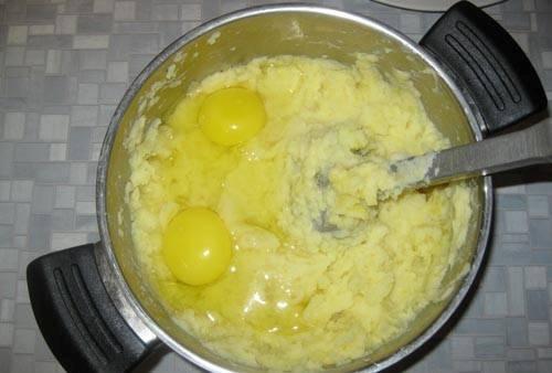 6. Добавляем яйцо в самом конце и продолжаем взбивать. Безусловно. лучше с этой работой справляется современная техника. Я всегда использую  не блендер, а миксер с широкими насадками.