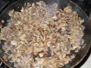 Грибы обжарить с луком до готовности, посыпать специями.