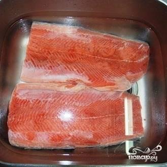 Оставляем рыбу солиться на двое суток. Спустя двое суток промываем нашу рыбу в холодной воде от остатков соли, и замачиваем в воде минут на 10-15.