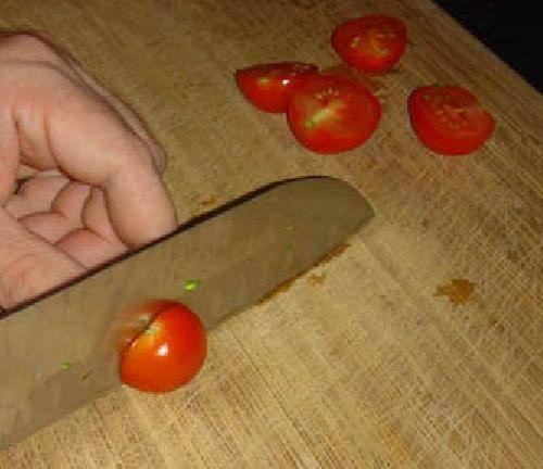 Нарезаем помидоры пополам.