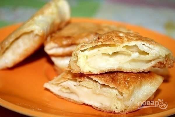 7.Выкладываю пирожки с сыром на тарелку и подаю горячими, приятного аппетита!