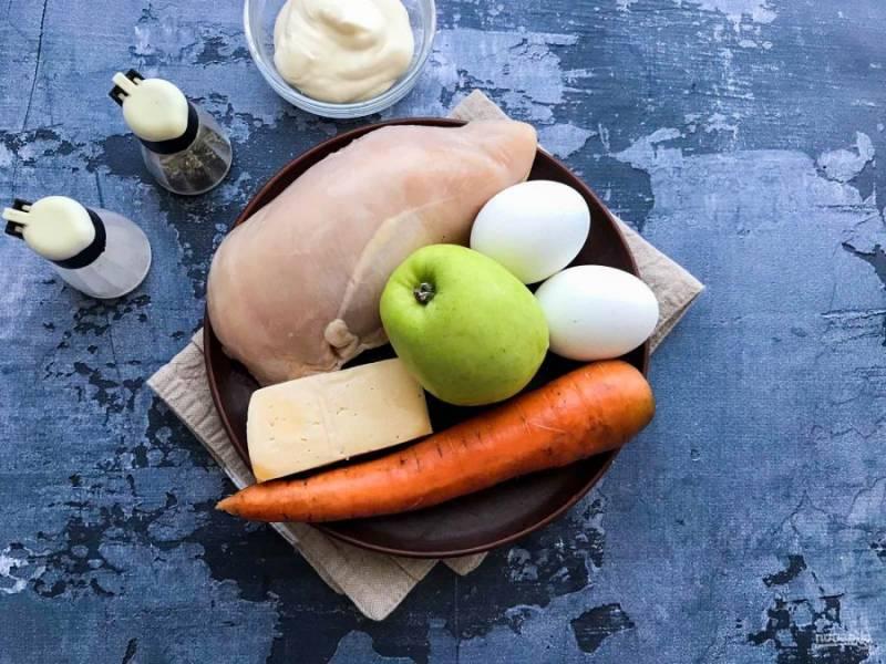 Подготовьте все необходимые ингредиенты. Куриное филе отварите до готовности. Яйца отварите в подсоленной воде в течение 7-8 минут.